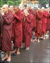 0ltre 20 mila monaci buddisti vanno a morire disarmati